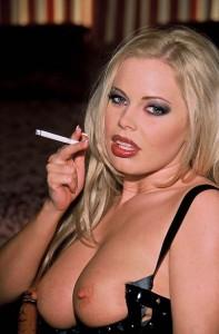 dominatrice au telephone rose blonde et sexy